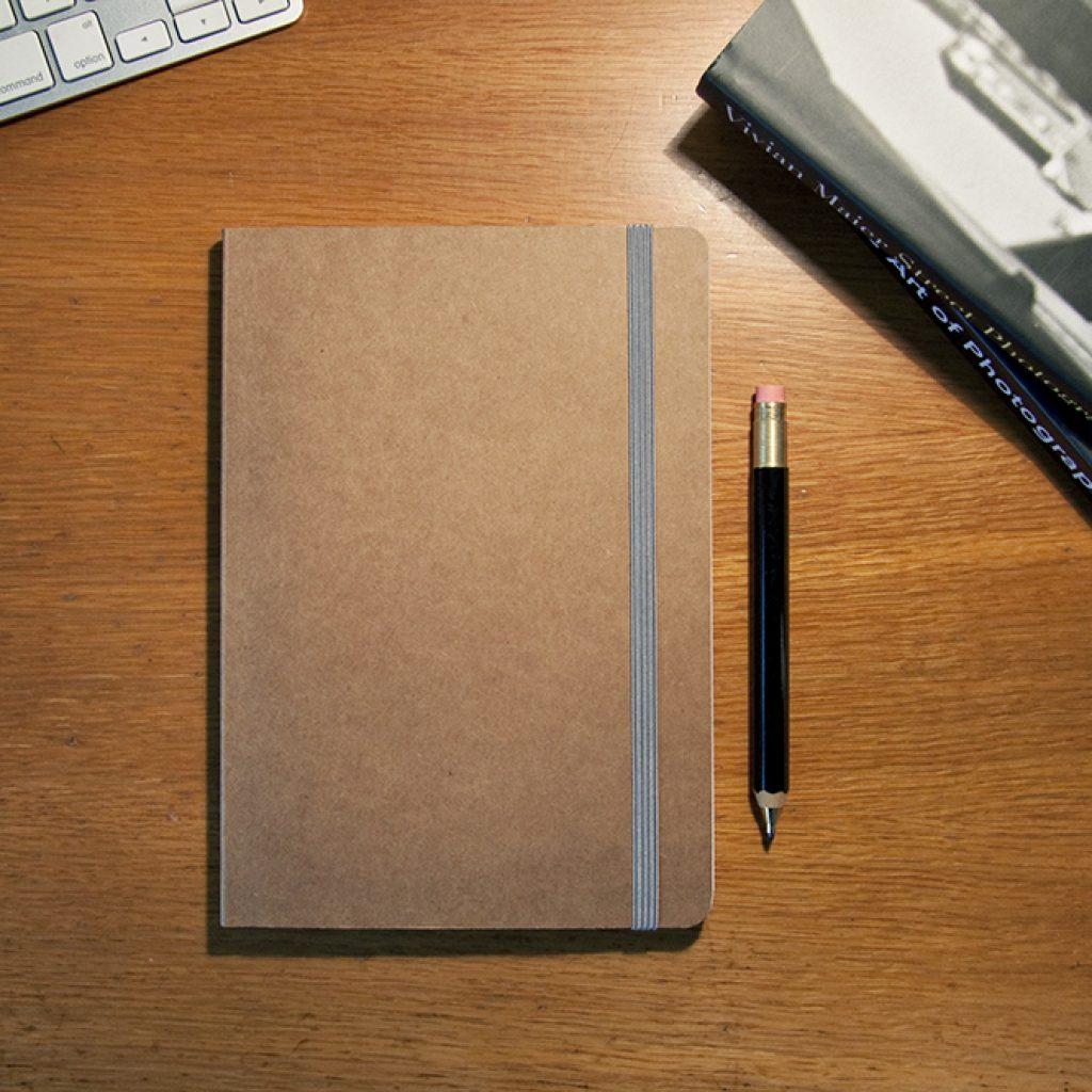 Un carnet, un stylo et un livre : enrichissez votre vocabulaire en anglais !